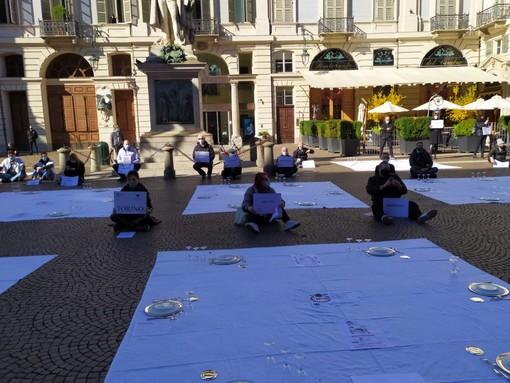 """Torino, flash mob degli esercenti in Piazza Carignano: """"Siamo a terra ma ci rialzeremo"""""""