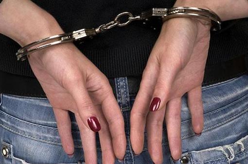 Notizie dal Piemonte. Aggredisce con l'acido l'amico conosciuto sul web: arrestata una vercellese 43enne