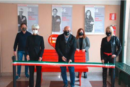 Inaugurata a Borgomanero la Panchina Rossa contro la violenza di genere