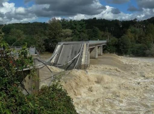 Crollato il ponte tra Gattinara e Romagnano: era stato riaperto al traffico da due ore - VIDEO