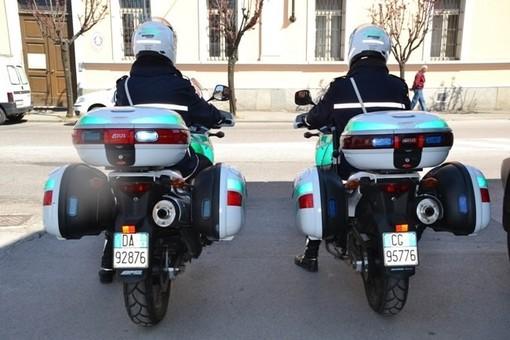 Giro di vita alla guida col cellulare: prime sanzioni dai vigili motociclisti in borghese