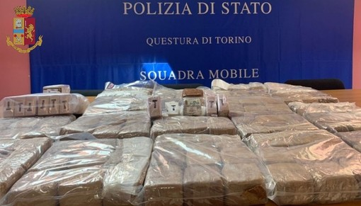 Dal Nord Ovest. Trasporta 84 kg di hashish nel vano del furgone: Squadra Mobile arresta trafficante di droga [VIDEO]