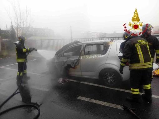 A Trecate va a fuoco un'auto a gpl