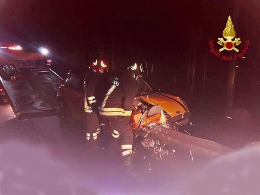 Auto va  sbattere contro il guard rail, un ferito