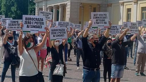 2 giugno, Canelli e Binatti: prima la fascia poi il cartello anti governativo