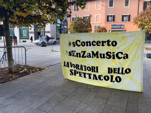 Lavoratori dello spettacolo in piazza questa mattina a Novara