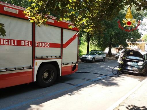 Romentino, auto prende fuoco in un'officina. Ustionate due persone