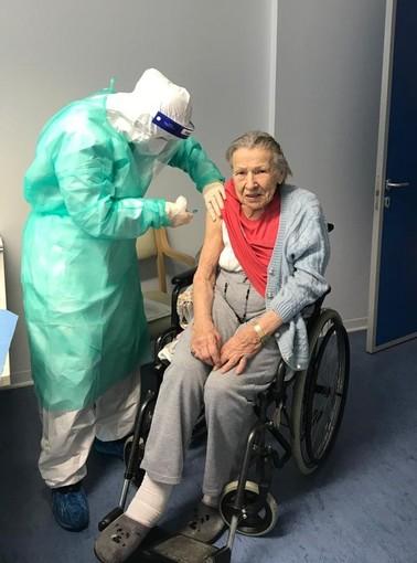 Nonna Maria apre le vaccinazioni alla Rsa Squarini di Momo