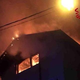Colazza, tetto di un'abitazione avvolto dalle fiamme