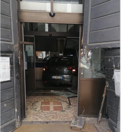 Sfonda con l'auto il portone del Municipio di Novara, arrestato