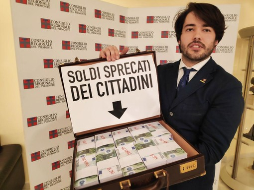 Città della Salute di Novara, in Consiglio regionale una valigetta piena di soldi per denunciare i soldi dei cittadini sprecati dalla politica