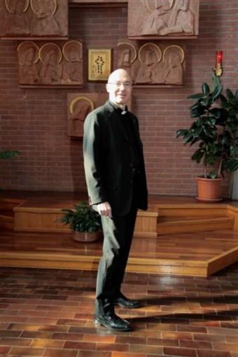 Festa patronale a Santa Rita: il parroco in processione da solo