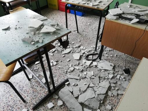 Crollo di una parte dell'intonaco del soffitto all'IT Nervi di Novara