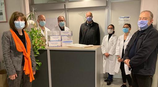 Camici e mascherine fpp2 donate da Mamre all'ospedale di Borgomanero