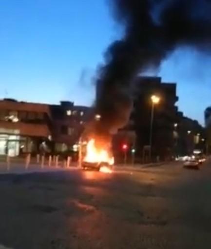 Auto avvolta dalle fiamme in piazza Cavour VIDEO
