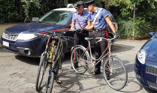 Ladri di biciclette in azione. Ma i carabinieri li scoprono