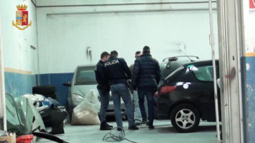 Simulavano incidenti per frodare le assicurazioni, la Polizia scopre la truffa di una carrozzeria di Trecate