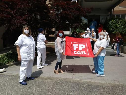Flash mob davanti a due luoghi simbolo nel novarese della tragedia della pandemia