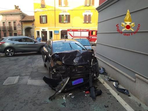 Un incidente ha bloccato l'incrocio di via Battisti a Fara Novarese