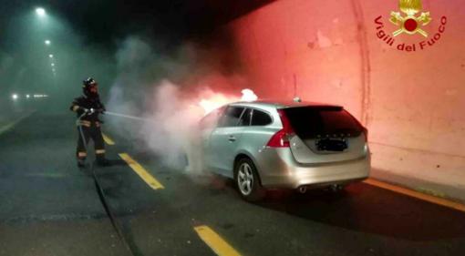 Auto in fiamme sulla A26, chiuso il traffico tra Arona e Carpugnino in direzione nord