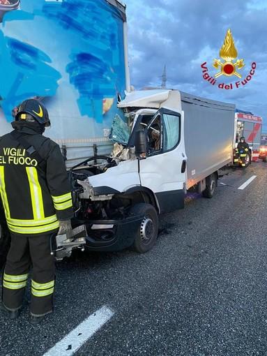 Scontro tra un furgone e un autoarticolato sulla Torino-Milano
