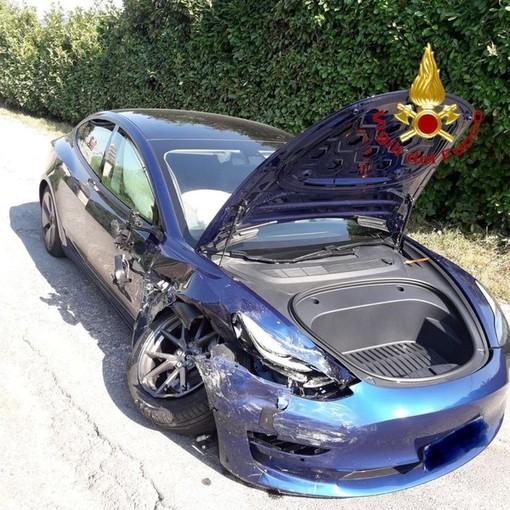 Schianto terribile tra auto, estratto un ferito dall'abitacolo