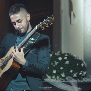 Domenica 12 Pierangelo Mugavero in concerto ad Ameno per 'Un paese a sei corde'