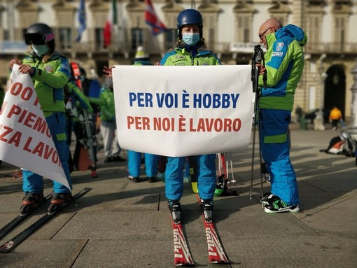 """La protesta dei maestri di sci: """"Con le piste chiuse dimezzati i nostri guadagni"""" [VIDEO]"""