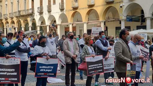 """Commercianti in piazza a Novara: """"Vogliamo lavorare!"""" FOTO E VIDEO"""