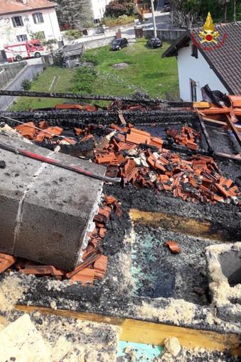 Tetto in fiamme ad Orta in località Legro