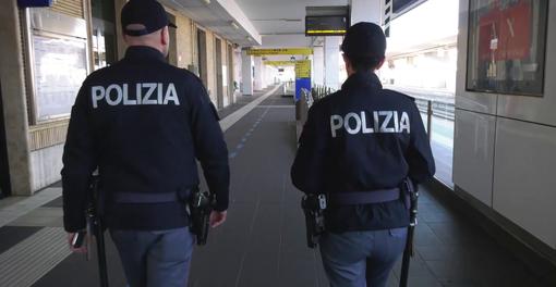 Dal Nord-Ovest. A Santhià attraversa più volte i binari e interrompe la corsa Torino-Milano, i controlli di Polizia nelle stazioni