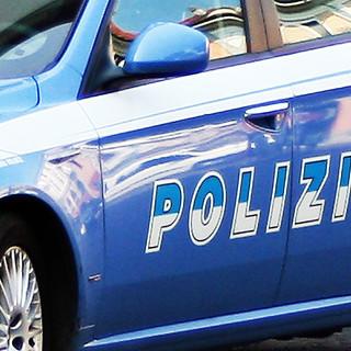 Un masso e un cartello stradale lanciati dal cavalcavia a Vicolungo, arrestato un uomo
