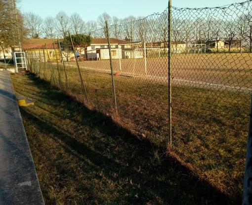 Trecate: iniziati i lavori di sostituzione della rete del campo da calcio di via Incasate