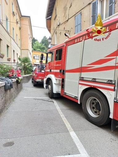Brucia il vano di un ascensore a Gozzano, intervengono i Vigili del Fuoco