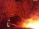 Casetta in legna a fuoco, squadre dei Vigili del Fuoco in azione